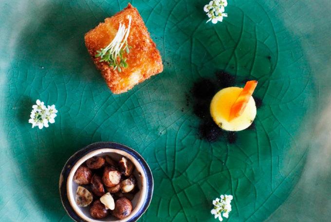 Món chính tại nhà hàng gồmcà rốt, gừng, bơ hạt dẻ nâu, ngô viên chiên xù, tro cây rễ rắn. Ảnh: Robbreport/Bord for En.