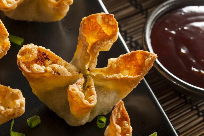 Lần đầu tiên được phục vụ tại nhà hàng Trader Vic's vào những năm 1950, cua Rangoon là món khai vị bán chạy nhất tại chuỗi 17 nhà hàng từ Atlanta đến UAE của tập đoàn này. Ảnh: Atlasobscura/istock.