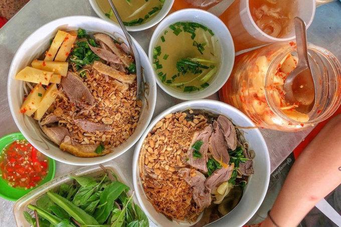 Măng tươi hoặc măng chua ngâm ớt là nguyên liệu không thể thiếu để bát ngan trộn tròn vị. Ảnh: Fuongsfood.