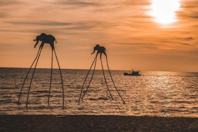 Ánh hoàng hôn lãng mạn trên bãi biển. Ảnh: Shutterstock.