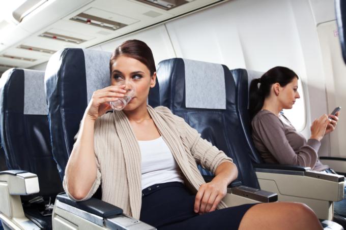 Hậu Covid-19, hành khách nên chuẩn bị tâm lý cho việc phải bay với giá cao hơn, nếu các hãng hàng không tiếp tục phảiáp dụng các biện pháp giãn cách xã hội làđể trống ghế giữa ở mỗi hàng. Ảnh: