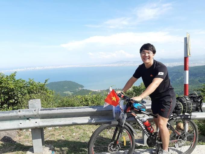 Bạn bè người VIệt Nam khuyên Dong Il nên đi bằng xe máy, nhưng cậu thích đi xe đạp hơn để có thể nhìn ngắm phong cảnh một cách chậm rãi. Ảnh: NVCC.