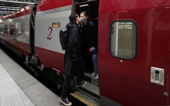 Bỉ yêu cầu người dân bắt buộc sử dụng khẩu trang y tế, đặc biệt trên phương tiện giao thông công cộng. Các địa phương có quy định riêng về các biện pháp phòng ngừa Covid-19, bao gồm đeo khẩu trang trên đường phố và giữ khoảng cách tối thiểu 1,5 m khi tiếp xúc với người khác. Ảnh: Yves Herman/Reuters.