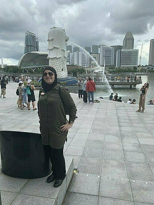 Minkara chụp hình lưu niệm khi dừng chân trong hành trình ở Singapore. Ảnh: Mona Minkara.