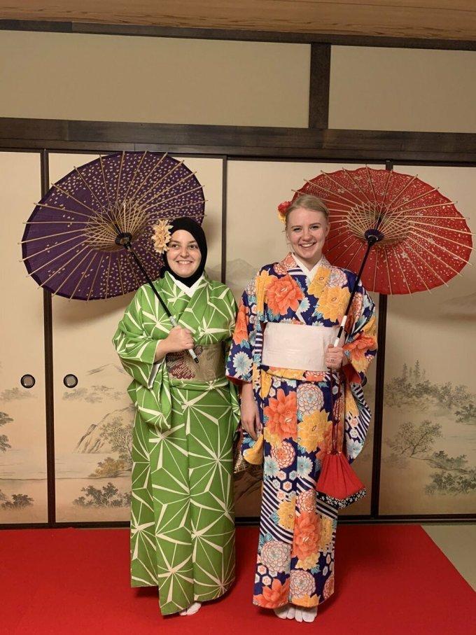 Minkara và người bạn hỗ trợ của mình Guse khi ở Nhật Bản. Ảnh: Mona Minkara.
