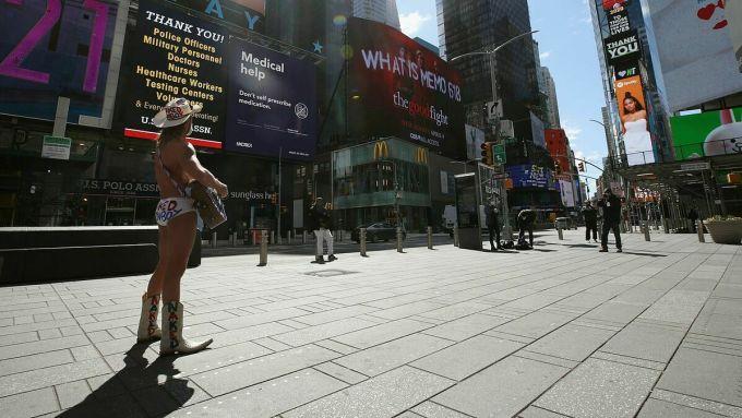 Du khách đến Times Square thường tìm tới chụp hình với Burck. Mỗi năm, anh có thu nhập khoảng 150.000 USD. Ảnh: Tania Snuggs.