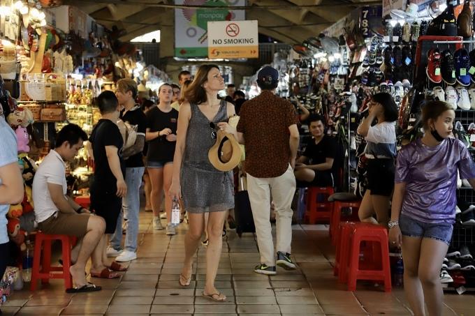 Tổng cục Du lịch tính đến phương án đón khách quốc tế quay trở lại theo hành lang du lịch an toàn giữa các quốc gia kiềm chế tốt dịch bệnh. Trong ảnh, du khách nước ngoài tham quan chợ Bến Thành vào giữa tháng 2. Ảnh: Tâm Linh.