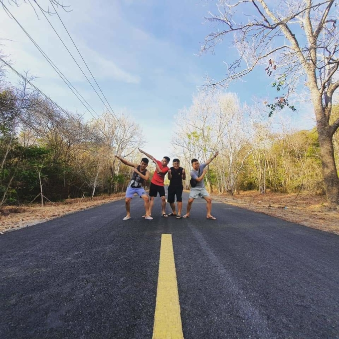 Đoạn đường từ homestay ra biển xuyên rừng nguyên sinh rất đẹp, chiều dài khoảng 6km. Trong rừng có nhiều cây cổ thụ. Cả nhóm dừng lại check-in trước khi tiếp tục đến với chợ Bưng Riềng, xã Bông Trang. Chợ này cách cổng vào khu rừng chừng 1km. Ảnh: NVCC