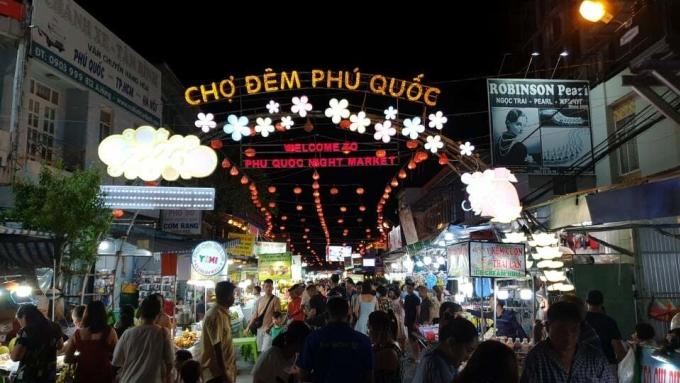 Khách tham quan, mua sắm đông đúc tại chợ đêm Phú Quốc vào tối 17/5. Nơi này từng đóng cửa trong nhiều tháng vì Covid-19 trước khi mở lại vào cuối tháng 4. Ảnh: Nguyễn Nam.