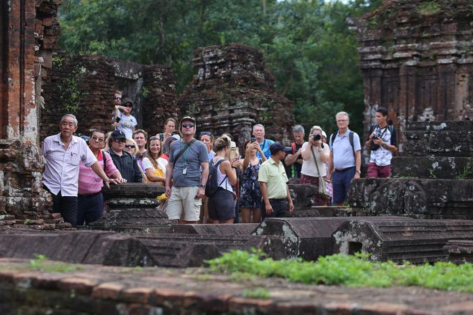 Du khách tham quan khu đền tháp ở Mỹ Sơn. Ảnh: Đắc Thành.