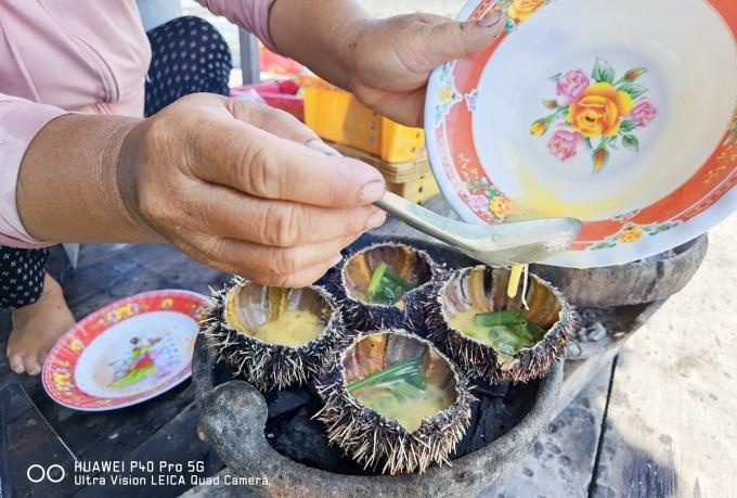 Đặc biệt là khi đến các làng bè, du khách sẽ có được bữa hải sản tươi ngon, thịnh soạn mà chi phí thì rất hợp lý.