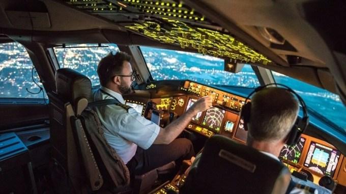 Phi công làm gì sau khi cất cánh?