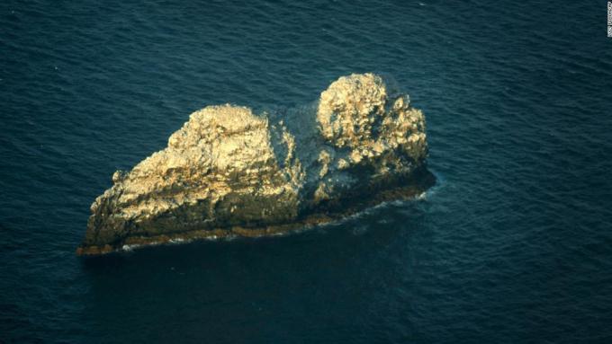 Gardner Pinnacles trông có vẻ trơ trọi, nhưng lại là nơi cư trú của một số loài chim biển. Ảnh:Lucy Pemoni/AP.