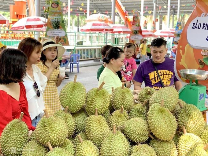 Năm nay, do dịch bệnh, KDL Suối Tiên (Q.9, TP HCM) chỉ tổ chức Chợ nổi trái cây chứ không làm Lễ hội như mọi năm. Tuy nhiên, cũng thu hút khá đông người dân và du khách tới tham quan. Ảnh: Ngọc Ánh.