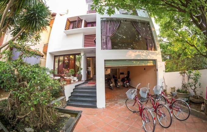 Tâm Family Homestay là một trong những điểm nghỉ ngơi được nhiều người trẻ yêu thích khi đến Huế. Căn hộ với màu sơn trắngtọa lạc ở trong Thành Nội (đường Đặng Trần Côn, TP Huế). Từ đây, du khách chỉ mất 5 phút đi bộ đếnKinh Thành Huế và sông Hương.