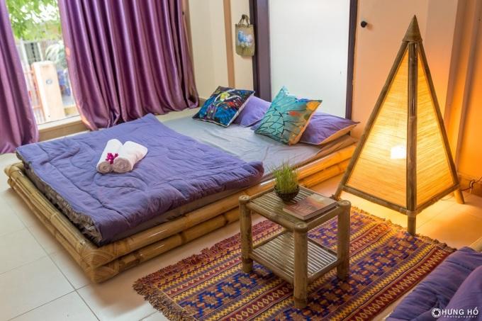 Không gian yên tĩnh, trong lành hơn nhờ những chiếc đèn tre, thảm thổ cẩm, rèm lớn, chăn gối họa tiết đồng điệu... giúp du khách có giây phút nghỉ ngơi chất lượng sau một ngày khám phá Huế.