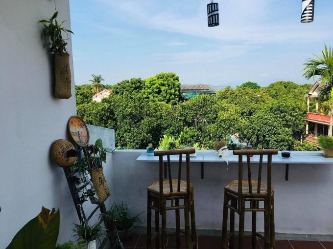 Du khách cũng có thể ngồi uống cà phê, ngắm cảnh phố phường từ trên cao.