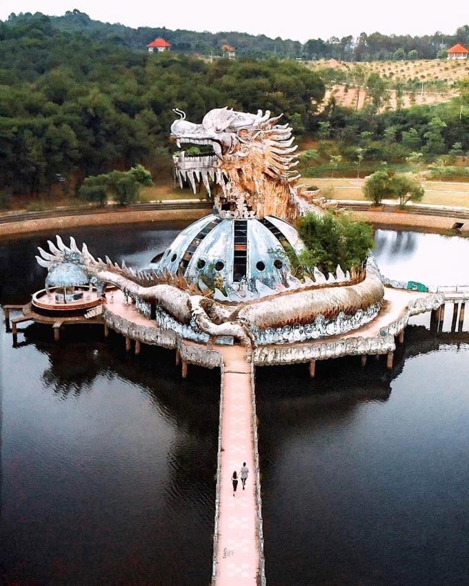 Khi nhìn thấy con rồng đứng một mình giữa nước, tức là bạn đang ở công viên nước bỏ hoang của Huế, Việt Nam. Ảnh: GoAsiaDayTrip.