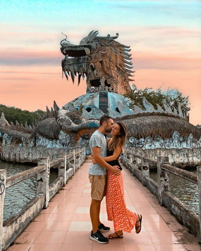 Đôi tình nhân ghi lại khoảnh khắc tình yêu trước công trình rồng. Instagra:Traveling Or Nothing.