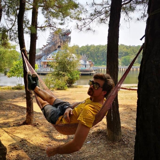 Mắc võng bên những gốc cây nghỉ ngơi, ngắm kiến trúc hình rồnguốnlượn trên mặt hồ... là trải nghiệm thú vị của nhiều khách nước ngoài. Ảnh:Diogo Lopes.
