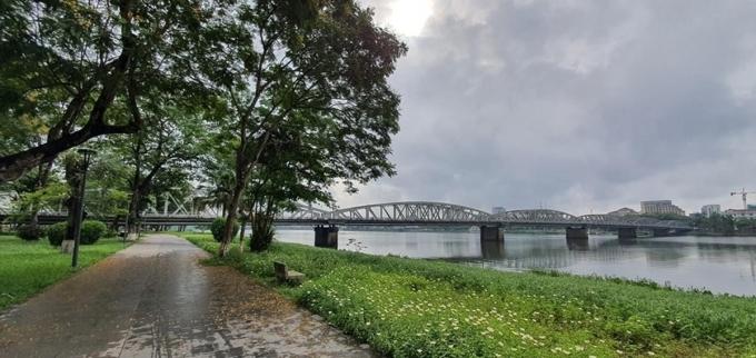 Đường đi bộ bờ Bắc sông Hương kéo dài từ cầu Trường Tiền đến cầu Dã Viên, ôm trọn công viên Thương Bạc