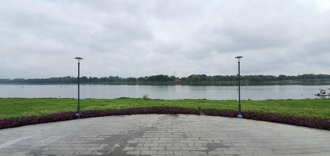 Đứng từ khuôn viên dọc đường đi bộ, nằm trên đường Lê Duẩn trước mặt Kinh thành Huế, nép bên dòng sông Hương thơ mộng, Phu Văn Lâu góp phần tô điểm cho vẻ đẹp cổ kính, trầm mặc của cố đô Huế.