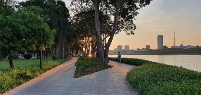 Không gian bình yên, nên thơ tô điểm cho vẻ đẹp của Huế - thành phố được nhiều du khách trong và ngoài nước chọn là điểm đến lý tưởng. Nhiều năm trước, khu vực này khá tối tăm, nhếch nhác, hiện ốp đá xuyên suốt tuyến đường đi bộ.