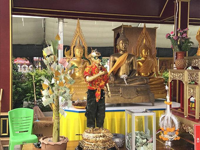 Bức tượng Ai KHai trong chùa. Mọi người thường đến đây để cầu xin sự giàu có, tài lộc. Ảnh: Paulsr.