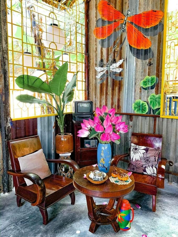 Mỗi không gian bài trí trong nhà hàng đều mang vẻ hoài cổ, từ mái vách dựng bằng tôn, bàn ghế, đến chiếc tivi.