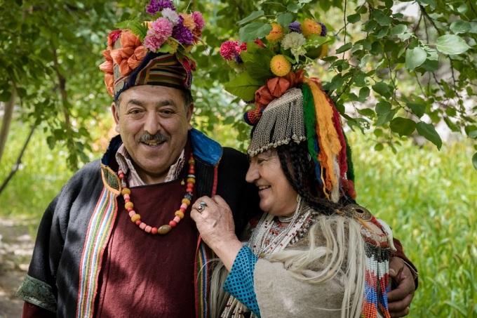 Đàn ông trong bộ tộc thường mặc váy len hoặc quần dài. Họ cũng có chiếc mũ hoa nhiều sắc màu. Ảnh: Ayash Basu.