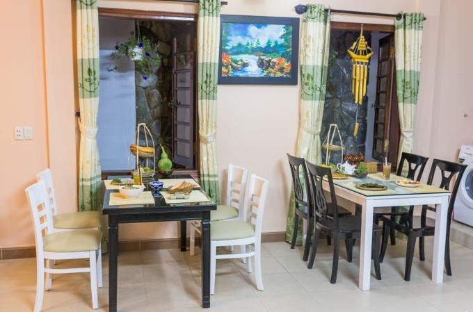 Ngoài ra, điều khiến du khách thích thú tại Tâm Family là được học nấu nướng, chế biến ẩm thực Huế. Cô chủ sẽ đích thân đứng lớp, hướng dẫ cách làm từng món theo yêu cầu. Rất nhiều khách nước ngoài thích thú khi học được món ăn đậm giá trị văn hóa và tinh thần khi du ngoạn cố đô.