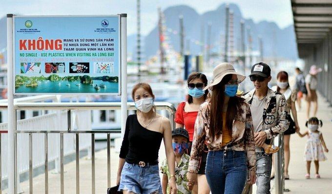 Du khách rời du thuyền tham quan Hạ Long sau khi Việt Nam tung ra nhiều chương trình kích cầu thu hút khách trong nước quay lại du lịch nội địa sau dịch. Ảnh: AFP.