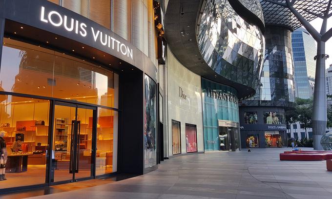 Con đường mua sắm hàng hiệu nổi tiếng thế giới Orchard Road ở Singapore trống rỗng. Nơi này vốn tập trung đông đảo du khách đến từ Trung Quốc khi chưa có Covid-19. Ảnh: Nikkei.