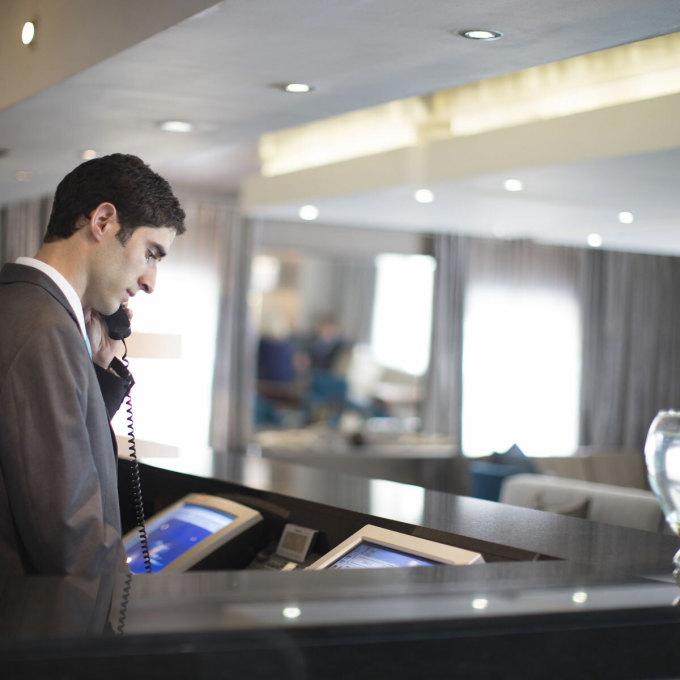 Theo Hiệp hội Khách sạn và Nhà nghỉ Mỹ, sự bùng phát của Covid-19 đã khiến ngành kinh doanh dịch vụ lưu trú trong nước thiệt hại hơn 23 tỷ USD. Số tiền này chủ yếu đến từ doanh thu đặt phòng, tính từ giữa tháng 2 đến nay. Ảnh: Balance Careers.