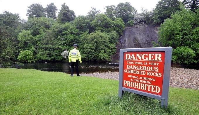 Cảnh sát đứng canh ở đoạn sông nguy hiểm, nơi cậu bé 8 tuổi thiệt mạng năm 2010. Ảnh: Telegraphandargus.