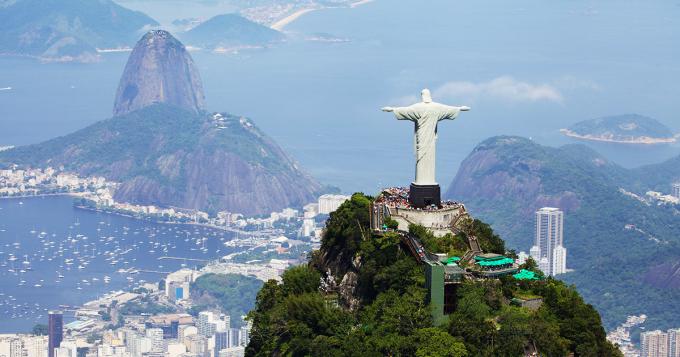 Tượng Chúa Cứu Thế, BrazilNơi này như một nghĩa địa điện thoại vậy. Ai ai cũng đến Tượng Chúa Cứu Thế với một chiếc di động. Điều bạn làm là nằm xuống sàn trước bức tượng và chụp ảnh cùng bạn bè với bức tượng sau lưng. Quả là một thảm họa. Chẳng ai kiểm soát đám đông tại đây. Bạn nên đến đây vào một ngày đầy mây mù và chụp ảnh bức tượng, sau đó đi xa hơn xuống dưới núi và chụp ảnh thành phố. Còn vào một ngày đẹp trời, hãy thuê một chiếc trực thăng ngắm cảnh. Đó là điều tôi sẽ làm trong chuyến thăm Rio lần tới, tài khoản @Joann K viết trên TripAdvisor.Đó là một trong 345 đánh giá một sao trên tổng số hơn64,720 lượt chấm điểm cho kỳ quan này.Ảnh:On The Go Tours