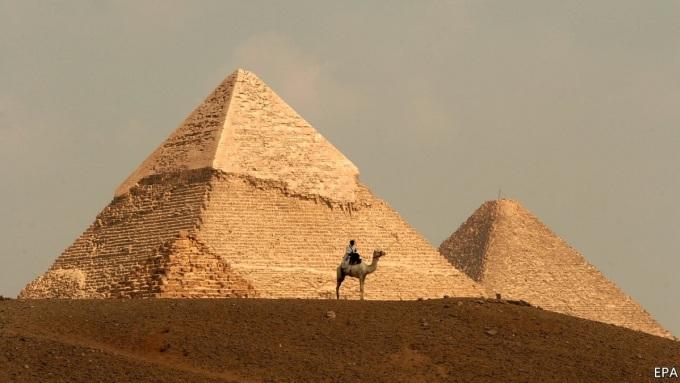 Ngày nay kỳ quan thế giới cổ đại duy nhất còn tồn tại là Đại Kim tự tháp Giza. Để điền vào danh sách kỳ quan thế giới hiện đại, tổ chức New 7 Wonders Foundation đã tổ chức một cuộc thi để tuyên bố những kỳ quan mới của thế giới vào năm 2007, dựa trên kết quả bình chọn của 10 triệu người. Những kỳ quan này thu hút hàng triệu khách du lịch hàng năm, vài người ấn tượng trước biển mây bao quanh Machu Picchu, hay kiệt tác từ đá cẩm thạch Taj Mahal. Tuy nhiên, không ít người không đã mắt khi đến thăm những nơi được gọi là kỳ quan, và để lại đánh giá tệ trên Internet. Dưới đây là một số đánh giá một sao của các du khách. Ảnh:EPA.