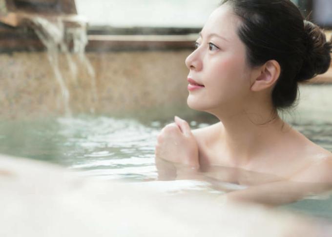 Nếu tóc dài, hãy đảm bảo bạn buộc hoặc búi gọn, không để tóc chạm xuống nước. Ảnh:Live Japan.