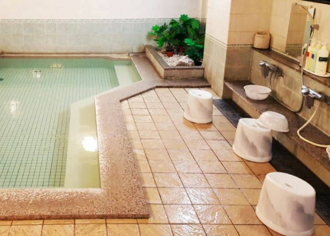 Lưu ý, sau khi tắm tráng xong, bạn cần rửa lại chậu, gáo, ghế ngồi và xếp lại ngăn nắp cho những người sử dụng sau. Ảnh:Live Japan.