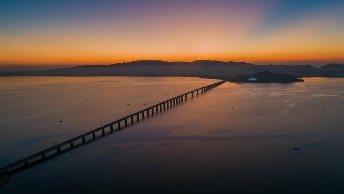 Cầu Thị Nạidài gần 7 km nối thành phố Quy Nhơn với bán đảo Phương Mai. Từ trên cầu, du khách có thể đón được những tia sáng đầu tiên ánh lên trên đường chân trời trên đầm Thị Nại, hòa mình vào bầu không khí trong lành nơi đây.Ảnh: Trung Phạm