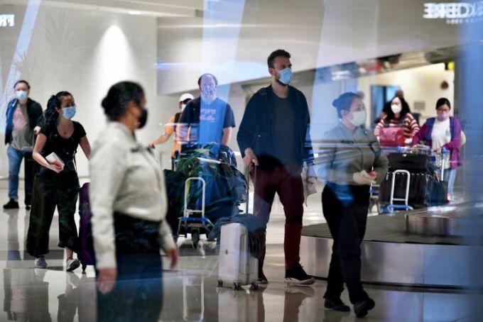 Hành khách đến sân bay Changi vào 12/6. Ảnh:Lim Yaohui.