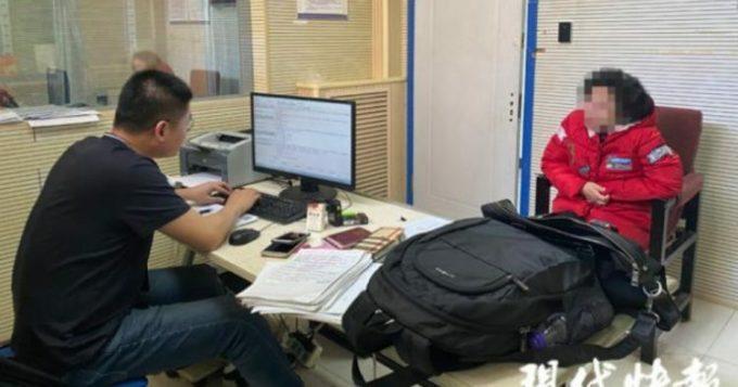 Li đang cho lời khai tại đồn cảnh sát ở Nam Kinh sau khi chiêu trò bị phát hiện. Ảnh: Paper.