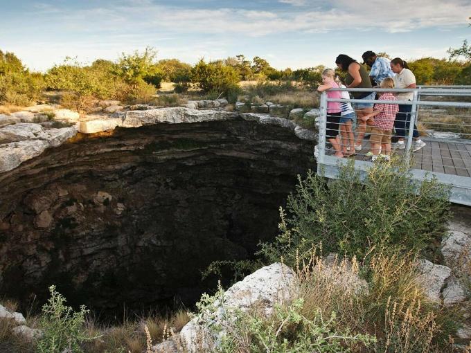 Hố sụt của Quỷ (Devils Sinkhole) là điểm tham quan thu hút nhiều du khách tại Texas.