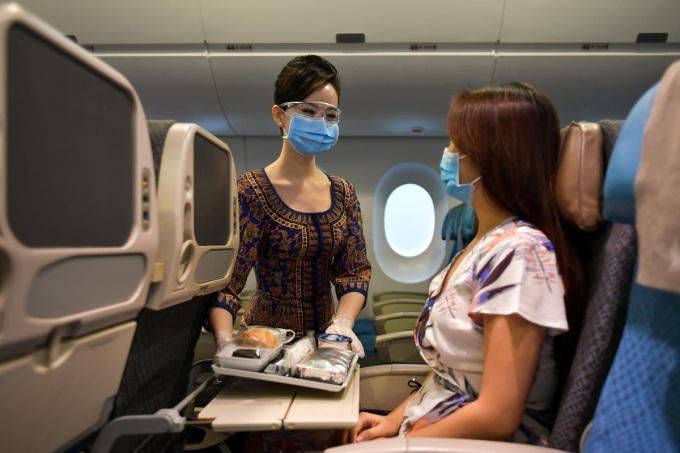 Bên cạnh yêu cầu bắt buộc đeo khẩu trang suốt chuyến bay, toàn bộ phi hành đoàn phải mang kính bảo hộ khi tiếp xúc với hành khách. Ảnh:Lim Yao Hui.