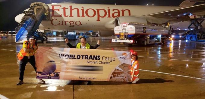 Chuyến bay vận chuyển hàng hóa sang châu Mỹ hồi đầu tháng 6 đã mở màn cho chuỗi 18 chuyến bay khác đưa hàng hóa đến các nước mà doanh nghiệp này phục vụ trong tháng 6. Ảnh: Anh Thư.