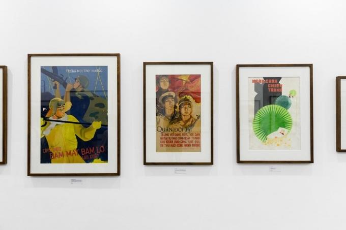 Từ trái sang: Tác phẩm Công nhân bám máy, bám lò sản xuất của tác giả Nguyễn Văn Thiện vẽ năm 1967, kích thước 104 x 72 cm. Tiếp theo là bức Quân đội ta trung với Đảng, hiếu với dân của họasĩ Lê Lam, ra đời năm 1968, kích thước 84 x 49 cm. Bên cạnh là tác phẩm Ngăn chặn chiến tranh, tác giả Thục Phi sáng tác năm 1986, kích thước 78 x 54,3 cm.