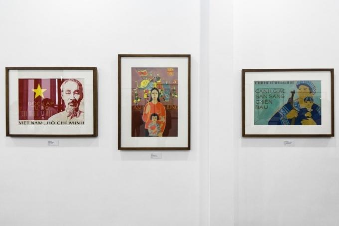 Các bức tranh Việt Nam – Hồ Chí Minh (trái) của tác giả Nguyễn Nùng vẽ năm 1979, kích thước 53 x 75 cm. Bên cạnh là tác phẩm Truyền thống anh hùng, do họasĩ Đào Đức sáng tác năm 1975, kích thước 76 x 51,3 cm và bức Sẵn sàng cảnh giác chiến đấu, tác giả Chu Hùng Sơn vẽ năm 1979, kích thước 49 x 73 cm.