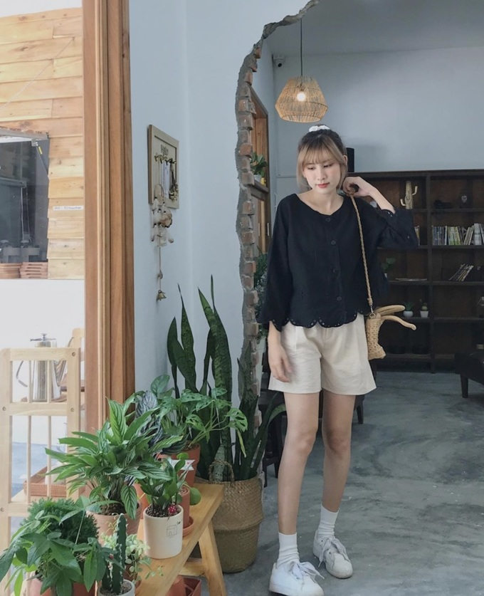 Ngoài ra, tường gỗ hợp với tone màu sân và cừa, tạo cảm giác mác mẻ cho khách ngồi và nhân viên làm việc.