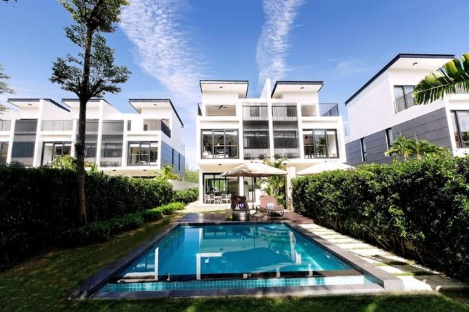 Mỗi căn hộ có tầm nhìn hướng ra sân gôn 18 hố và con kênh xanh chạy dọc theo khu nghỉ dưỡng. Ảnh: Laguna Park.