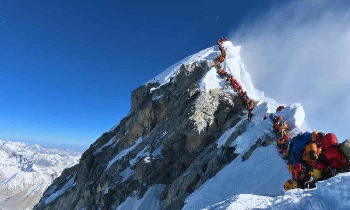 Bức ảnh hàng dài người leo núi xếp hàng để lên đỉnh Everest được Purja chụp lại và đăng trên Instagram. Ảnh: Guardian.